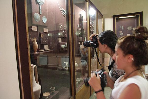 Участники воркшопа изучают экспозицию Феодосийского музея древностей